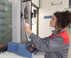 Ohiane, realizando una prueba de control de calidad